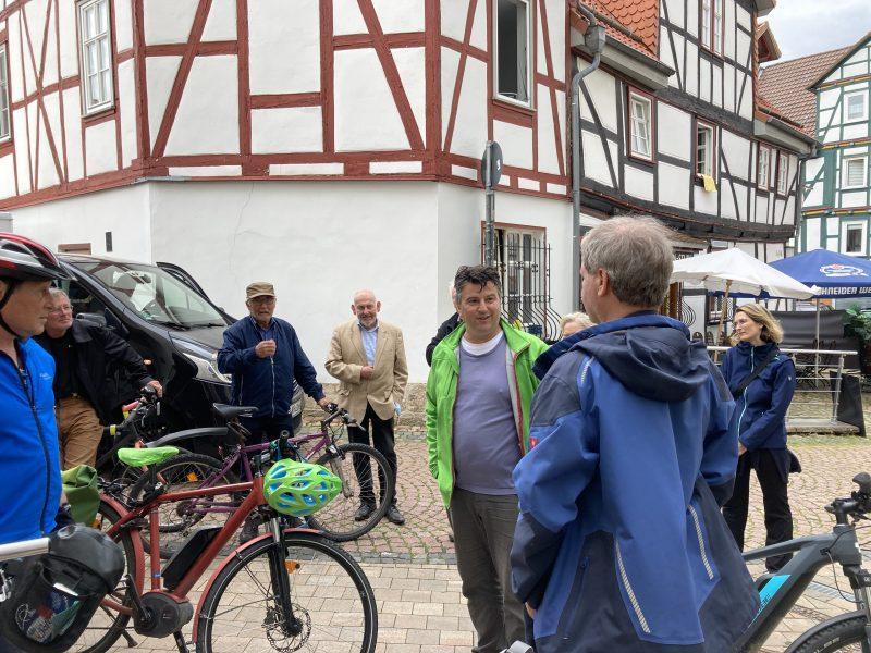 Radtour im August, Bündnis 90/ Die Grünen, Kaufungen, Marktplatz, Boris Mijatovic im Gespräch