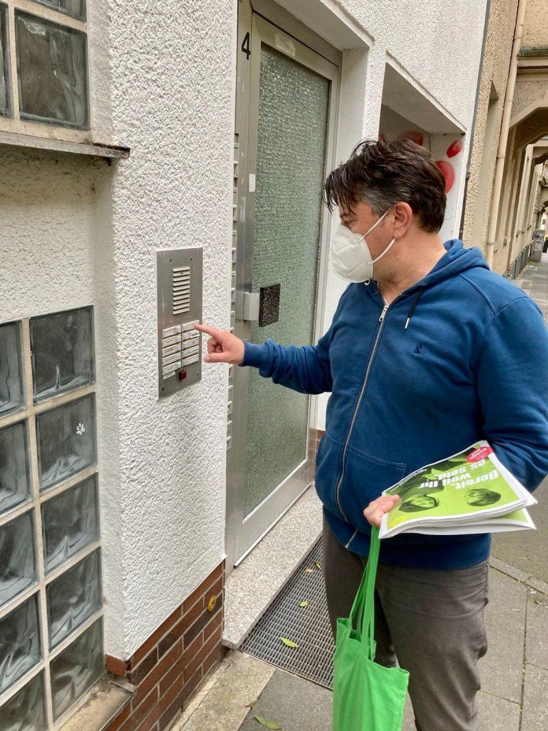 Haustürwahlkampf Bündnis 90/ Die Grünen im August 2021, Boris Mijatovic klingelt an der Tür in Kassel